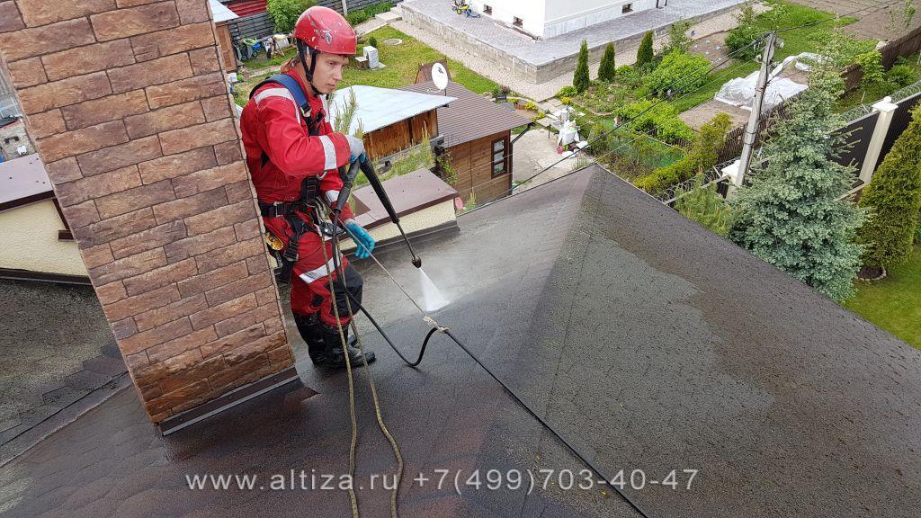 Как почистить крышу от мха