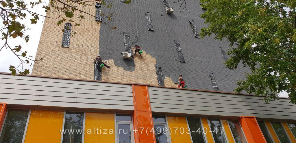 Покраска фасада здания альпинистами