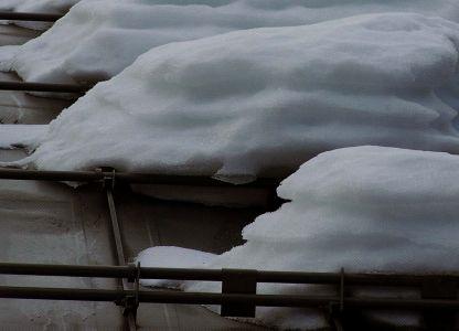 Монтаж снегозадержателей