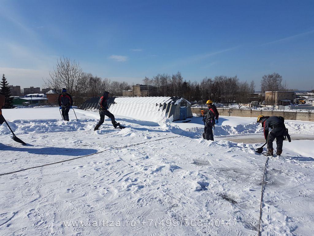 Чистка крыши от снега и наледи
