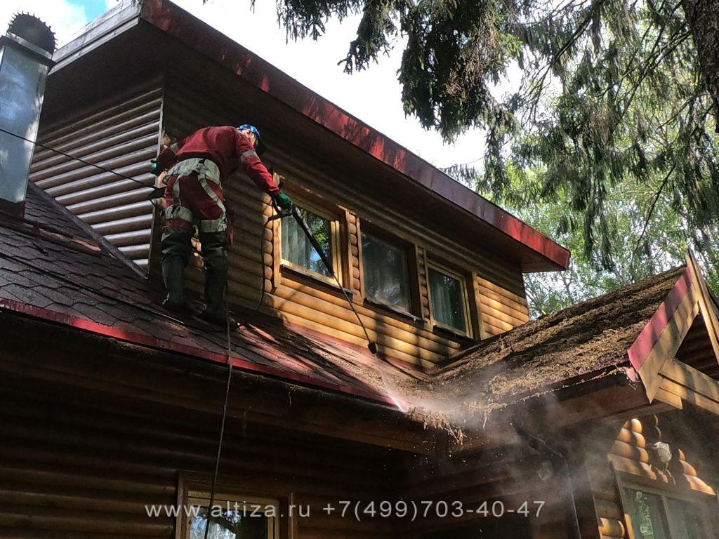 Почистить крышу от мха выполненые высотные работы альпинистами Альтиза
