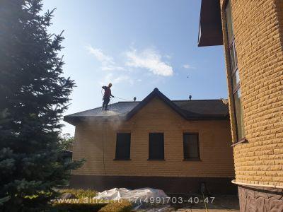 Отмыть крышу коттеджа от мха и грязи